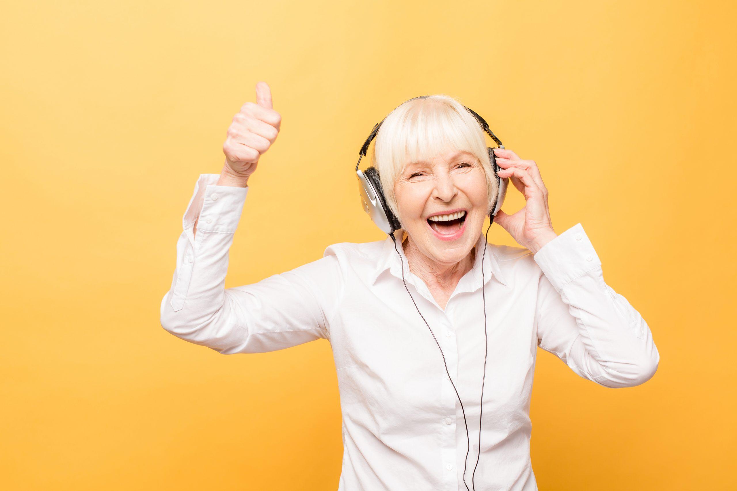señora escuchando musica