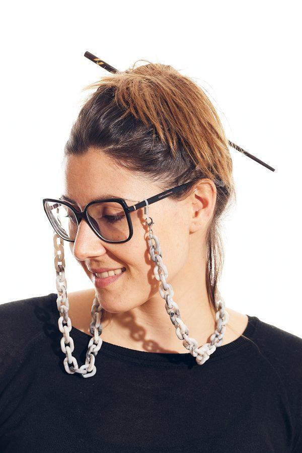 cadena gafa y mascarilla gris